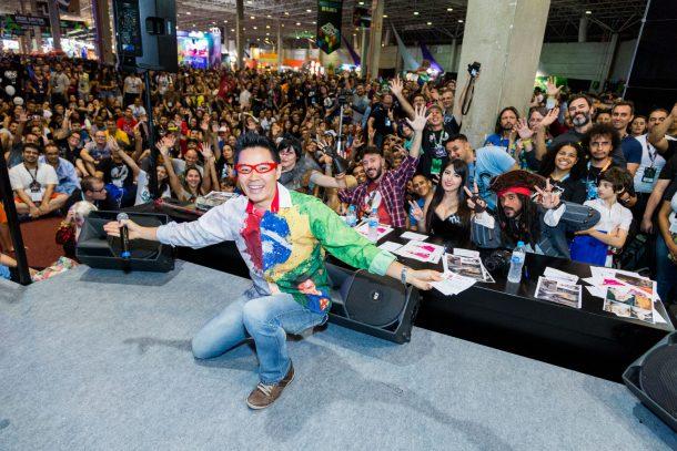 Plateia do Desfile Cosplay como apresentador Kendi Yamai