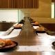 Os sushis e seashimis são servidos por meio de uma esteira rolante