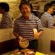 Sr. Akira, proprietário do Mussashi, mostra o guioza da casa
