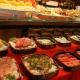 Variedade de pratos servidos no buffet