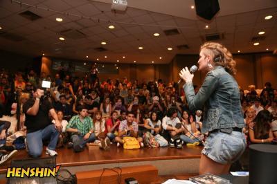 Dani Mancz, da banda Gaijin Sentai, cantando na abertura do evento.