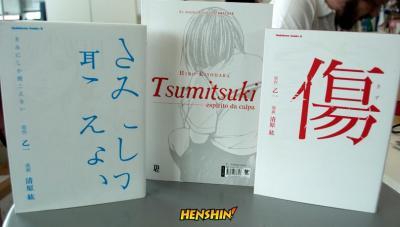 À esquerda, ed. japonesa de Só Você Pode Ouvir. À direita, edição japonesa de Kizu. Ao centro, edição brasileira de Tsumitsuki.