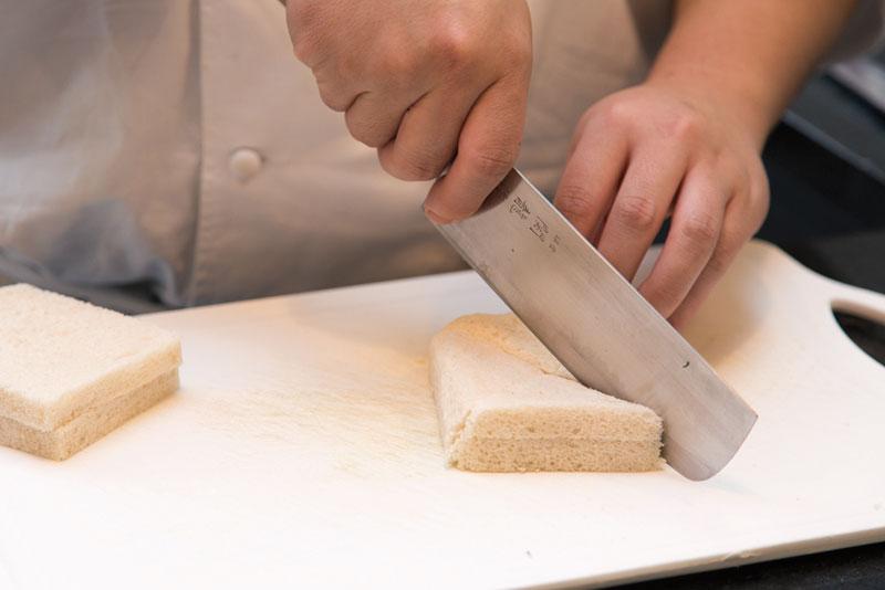 Passo 1: Fatie os pães, formando triângulos pequenos.