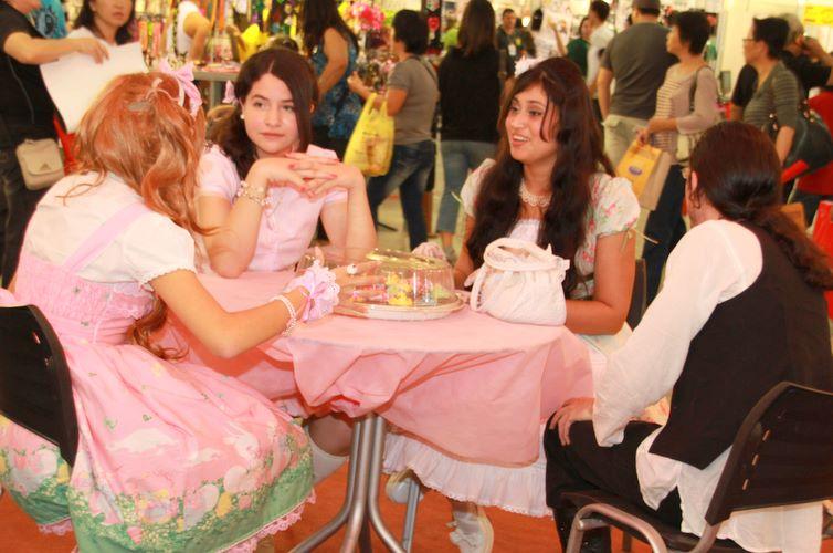 As lolitas posaram para fotos no ambiente todo decorado por cupcakes e mesas para tomar chá