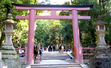 Um dos torii do santurio xintosta Kasuga Taisha, na provncia de Nara