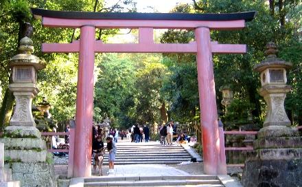 Um dos torii do santuário xintoísta Kasuga Taisha, na província de Nara