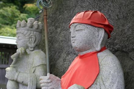Estátua de Jizo com acessórios vermelhos