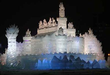 Land of Ice: os turistas interagem com a obra em um jogo de RPG durante o dia e à noite a escultura fica iluminada até as 22h