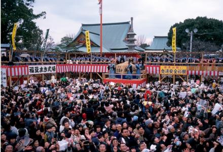 Japoneses vão ao templo para o tradicional 'lançamento de soja', em Osaka