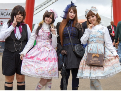 Akemi Matsuda (à direita) mostra o estilo Sweet Lolita