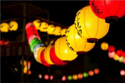 As lanternas iluminam o caminho das almas dos antepassados