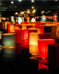 Tooro Nagashi é um ritual de despedida, para iluminar o caminho das almas