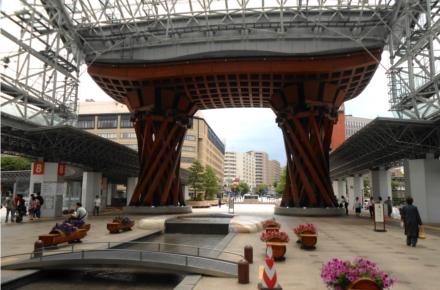 Tsuzumimon é um portal que fica na estação de Kanazawa e tem o formato de um tsuzuri (tambor japonês)