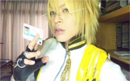 Pikupikun publicou foto no seu perfil do Twitter para mostrar a carteira de motorista