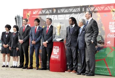 Taça da Copa é recebida ainda no aeroporto