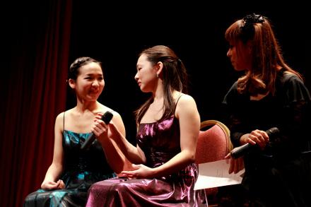 Ayaka e Yuka Yamamoto em bate-papo ao lado de Akemi Matsuda