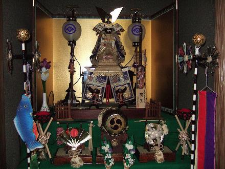 Altar com elementos de uma batalha antiga japonesa