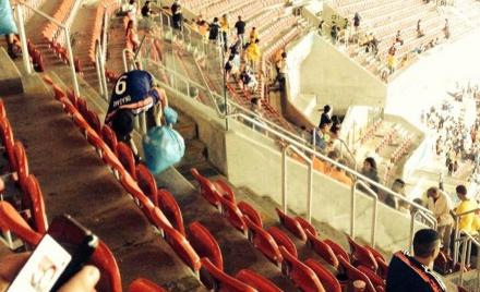 Torcedores japoneses recolhem lixo após jogo na Arena Pernambuco