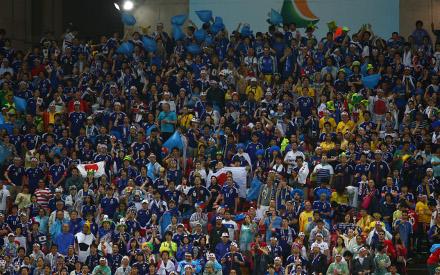 Foto da torcida japonesa no a Arena Pernambuco, durante o jogo entre Japão e Costa do Marfim