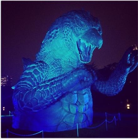 À noite, luzes, sons e névoa criam um cenário diferente para os visitantes