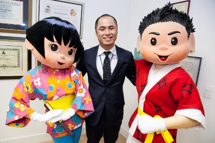 Personagens Keika e Tikara com Yusuke Nakayama