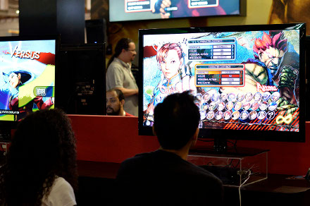Ultra Street Fighter IV no stand da Warner com a Capcom