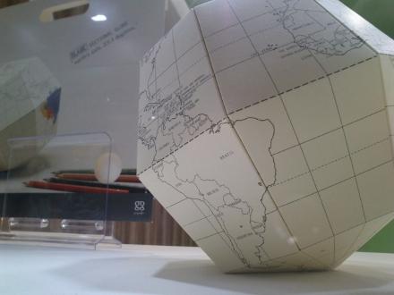 Globo seccional, da Marumo Printing, também pode ser encontrado no Museu de Arte Moderna de Nova York