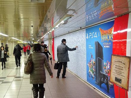 Enquanto o trem não chega, os usuários da linha podem ajudar a estourar algumas bolhas