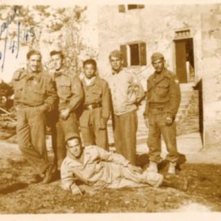 Ojima (centro), em abril de 1945