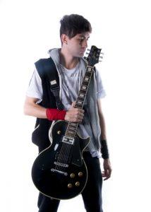 Gui é guitarrista e compositor para o J-Rox