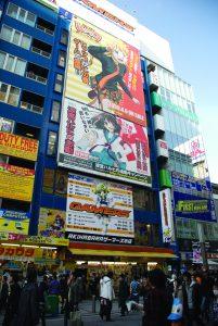 A loja Gamers está localizada na mesma rua que a saída da estação JR Akihabara pela saída Electric Town