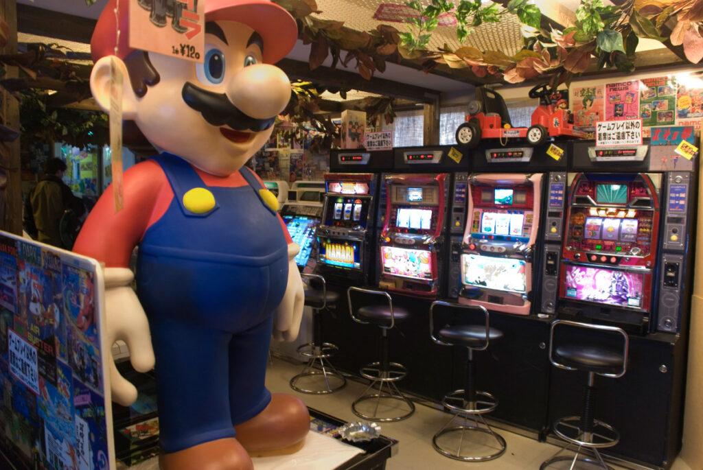 A loja de games antigos é o paraíso dos Gamers visitantes.