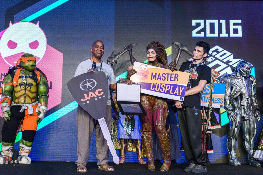 Jaqueline recebendo o prêmio de Master Cosplay