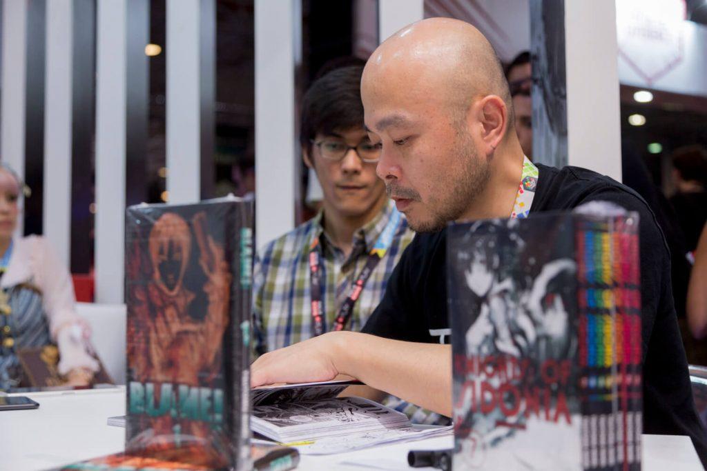 Tsutomu Nihei também distribuiu autógrafos no estande da Editora JBC na Comic Con Experience
