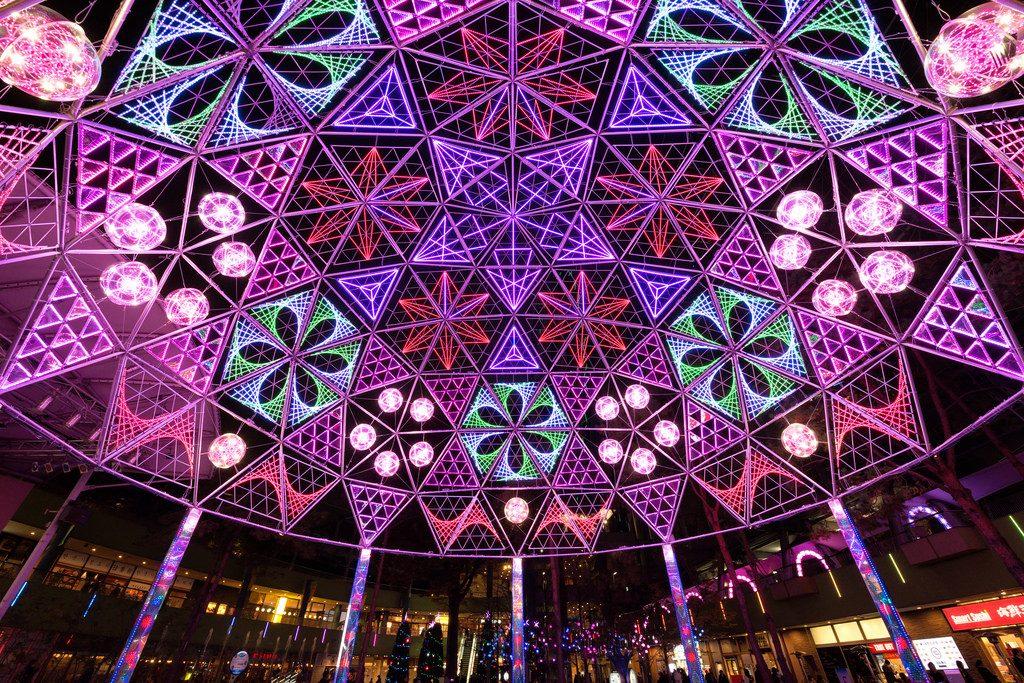 Iluminações no Tokyo Dome City são uma das mais coloridas