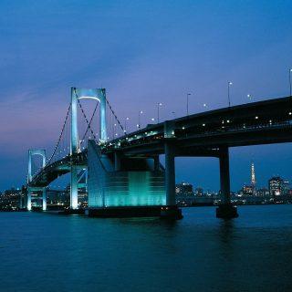 iluminação noturna da Rainbow Bridge