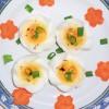 Ovos passo 1: Peça ajuda a um adulto para cozinhar três ovos durante 10 minutos ou até que as gemas estejam firmes.