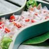 A cerâmica de Kimi Nii fez bonito na montagem dos pratos, como neste cebiche feito com peixe pargo