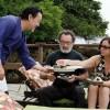 Chef Shin dando as boas-vindas ao editor Raimundo Gadelha e à assessora de imprensa Marly Koraicho