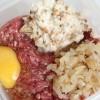 Passo 4: Acrescente a cebola refogada, um ovo cru, o pão umedecido e uma pitada de pimenta-do-reino.