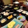 Segundo Dia: uma omelete com tempero japonês. Ou seja, com caldo dashi, feito à base de extrato de lascas de peixe seco bonito e alga kombu, e com ervas japonesas. No prato azul claro, o trio de legumes curtidos. No box, nabo curtido, algas, fatias de chikuwa (massa de peixe muito parecido com o gefiltefish), raiz de lótus curtida no mirim, feijõezinhos doces e uma fatia de laranja mikan para refrescar. Saladinha com tempero japonês, com toques de yuzu, a fruta cítrica de fragrância marcante. No fogareiro, uma fatia generosa de tofu cremoso, cozido em folha de alga kombu. Arroz e alga nori sequinha (no envelope)