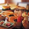 Em alguns ryokan, como o Bosui Ryokan, em Izu, a refeição da manhã já começa como uma experiência gastronômica. Lá, eles servem sashimi de peixe da estação, uma sopa encorpada com carcaça de caranguejo e um peixe inteiro grelhado e servido no shichirin (fogareiro)