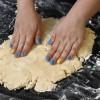 Passo 6: Em um balcão de mármore, espalhe um pouco de farinha e abra a massa com as mãos.