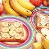 Passo 6:Quando os dois lados da sua french toast estiverem bem bonitos, é hora de decorar o prato! Use fatias de banana ou maçã e, se quiser, polvilhe açúcar de confeiteiro por cima das frutas.