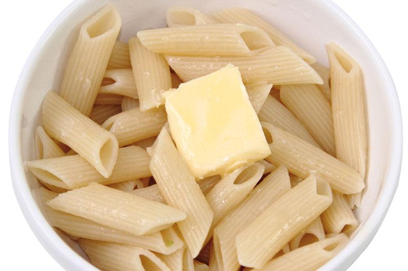 Passo 1: Cozinhe o macarrão até que fique al dente, escorra e reserve em um recipiente com um quadradinho de manteiga para derreter no calor da massa. - fotos: Rafael Salvador