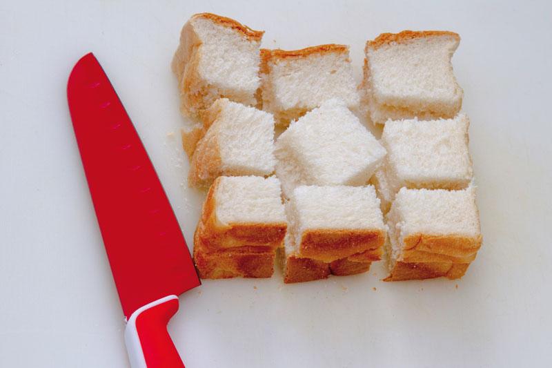 Passo 1: Corte o pão de forma em três partes na horizontal e depois em três partes na vertical. Coloque uma fatia de pão em cima da outra para facilitar