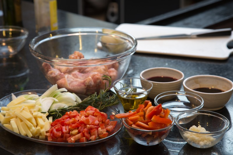Passo 1: Pique o alho, a cebola, a salsinha, o takenoko e os pimentões. Reserve cada ingrediente separadamente.