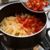 Passo 3: Acrescente o tomate, o pimentão e o takenoko.