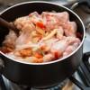 Passo 4: Adicione o frango e refogue.