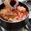 Passo 5: Adicione o vinho, e o shoyu.